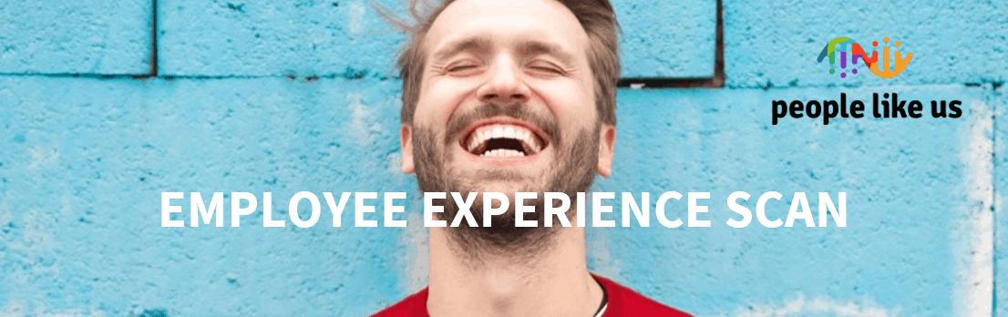 Een lachende man voor een blauwe muur met de titel 'De employee experience scan'.